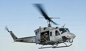 120131-N-XK513-120 Sailor dirige un helicóptero Huey UH-1N desde (VMM) 261 (recortado) .jpg