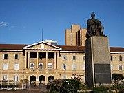 Edificio del Parlamento Nacional con la estatua de Jomo Kenyatta en primer plano
