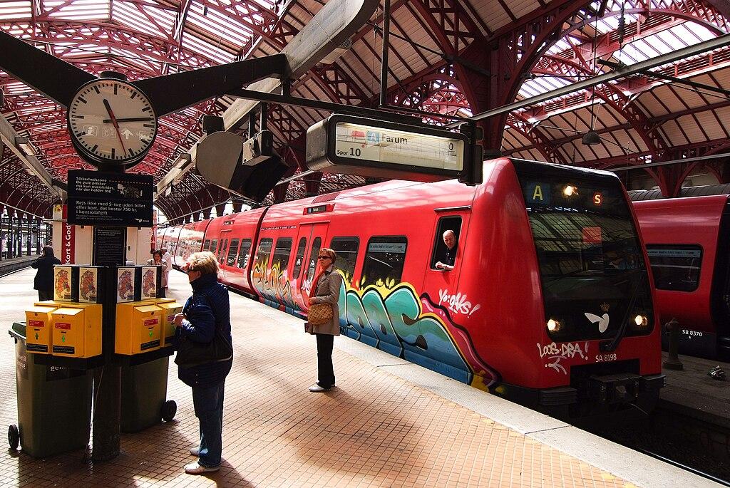 Train tagguée dans la gare centrale de Copenhague ou Københavns H ou Københavns Hovedbanegård - Photo de Arne List