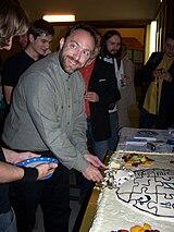 5. urodziny polskiej Wikipedii - Jimbo Wales (krojenie tortu) 02