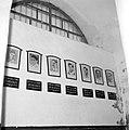 Akko, citadel. Ingelijste potretfoto's met onderschriften aan een muur van leden, Bestanddeelnr 255-2535.jpg
