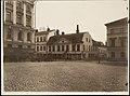 Aleksanterinkatu 18 (Katariinankatu 3) nähtynä Senaatintorilta, vasemmalla Senaatintalo (=Valtioneuvoston linna, Nikolainkatu 1, nyk. Snellmaninkatu 1) ja vuokra-ajuriasema - G16115 (hkm.HKMS000005-km0000m8f7).jpg