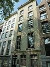 foto van Pand met zandstenen gevel onder triglyfenlijst, met getoogde omlijste deur en vensters