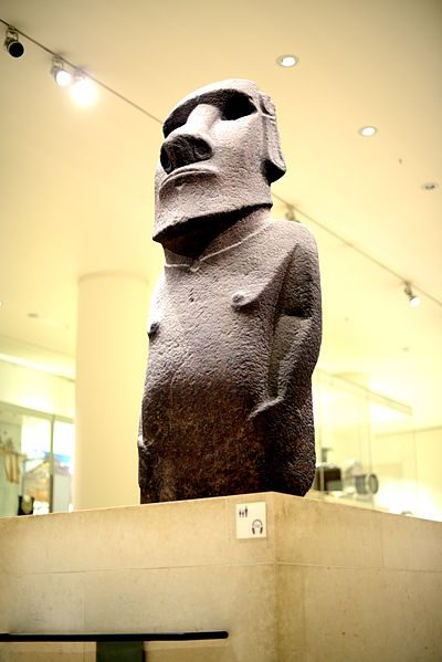 Angled View of the Hoa Hakananai'a Statue.JPG