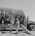 Arbeiders bij een vrachtwagen met daarop een buis die van de wagen zal worden ge, Bestanddeelnr 255-4756.jpg