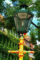 Ballhofplatz Hannover mit Preisetiketten beklebte hannoversch Straßenlaterne zur Schwarmkunstaktion Strich-Code.jpg
