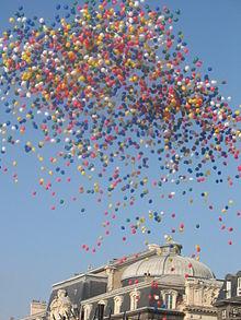 un lcher de ballons place de jaude clermont ferrand lors de linauguration du tramway - Lacher De Ballons Mariage