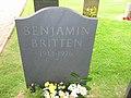 Benjamin Britten grave by Arno Drucker.jpg