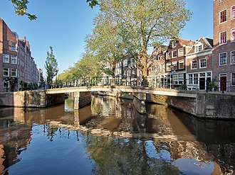 The Egelantiersgracht lies west of the Grachtengordel, in the Jordaan neighbourhood. Brug 127 in de Lijnbaansgracht over de Egelantiersgracht foto 4.jpg