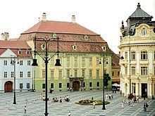 Il Palazzo Brukenthal con, a sinistra, la