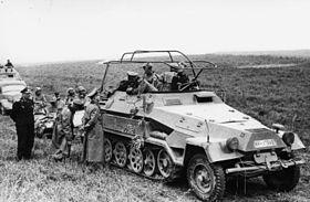 SdKfz 251/3 de la 8e Panzerdivision, France, 1940. Heinz Guderian converse avec le général Adolf Kuntzen.