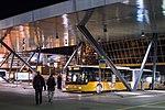Bushaltestelle Zürich-Flughafen mit Postauto-20190415.jpg