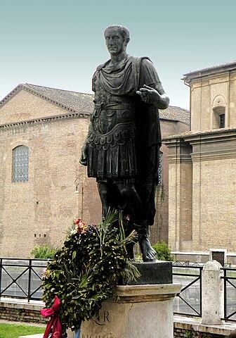 Памятник Юлию Цезарю на Виа деи Фори Империали в Риме (копия с оригинала, хранящегося в Ватиканских музеях)