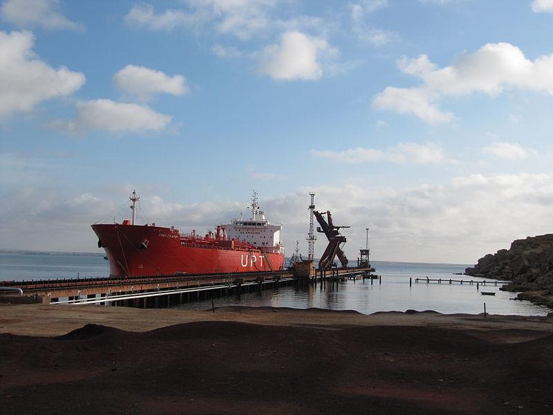 File:Cargamento de barco no porto de Namibe, Angola.JPG