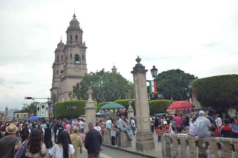 File:Catedral de Morelia tras el desfile del 30 de septiembre.JPG