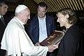 Charlotte Kramer und Papst Franziskus.jpg