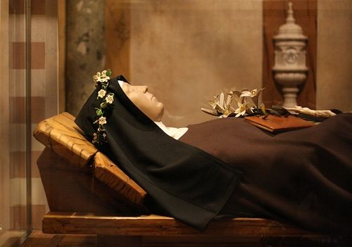 The wax figure of Saint Clare of Assisi at Basilica of Saint Clare, in Assisi ChiaraAssisCos.JPG