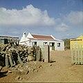 Collectie Nationaal Museum van Wereldculturen TM-20029561 Arubaanse woning met tortodak op het platteland bij Casibari Aruba Boy Lawson (Fotograaf).jpg