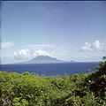 Collectie Nationaal Museum van Wereldculturen TM-20030069 Gezicht op Saint Kitts gezien vanaf Sint Eustatius Sint Eustatius Boy Lawson (Fotograaf).jpg