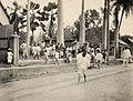 Collectie Nationaal Museum van Wereldculturen TM-60062123 Kinderen bij het het van de katholieke school in de arbeidersbuurt van Port of Spain Trinidad en Tobago fotograaf niet bekend.jpg