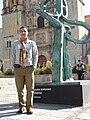Dafne es la escultura, yo Rogelio.JPG