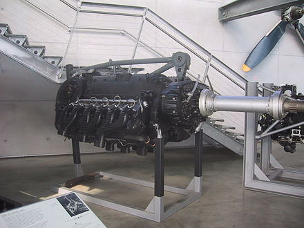 "A restored DB 610 ""power system"" engine, comprising a pair of DB 605 inverted V12s - the top of its central space-frame motor-mount structure can be seen. Daimler Benz DB 610.jpg"