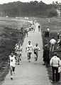 De Tros-loop. Deelnemers aan de halve marathon op het Visserspad in Zandvoort. Aangekocht in 1989 van United Photos de Boer bv. - Negatiefnummer 29682 k 14. - Gepubliceerd in het Haarlems Dagblad van .JPG