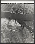 De door de Duitsers verlaten en verwoeste bruggehoofd bij Keizersveer.jpg