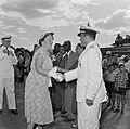 De koningin neemt op het vliegveld Zanderij bij het vertrek uit Suriname afschei, Bestanddeelnr 252-4790.jpg