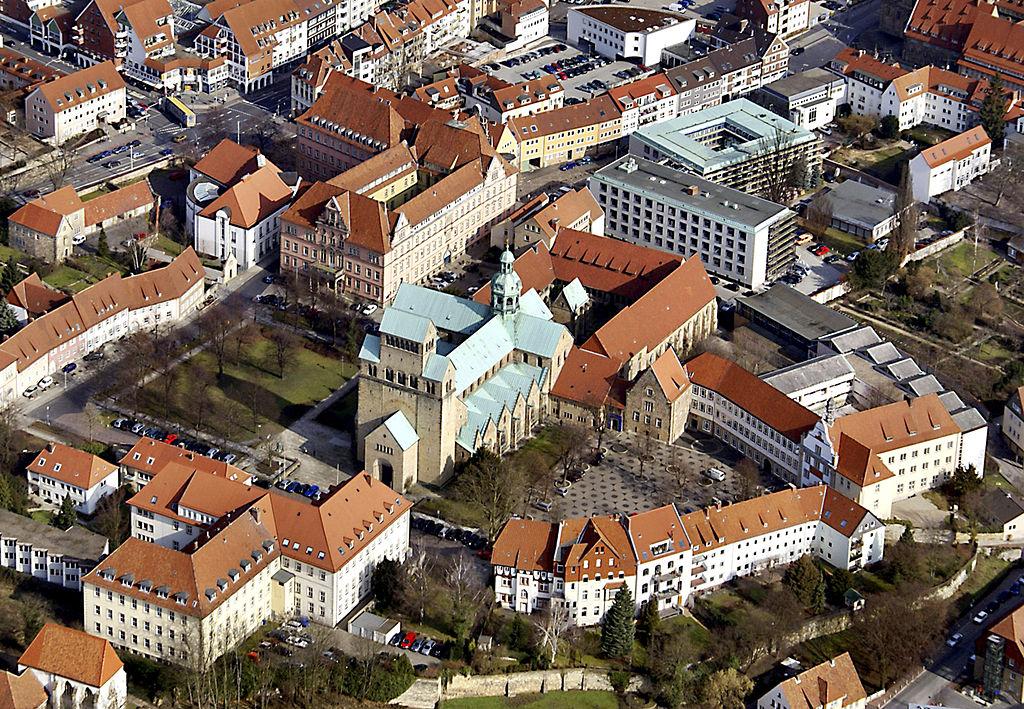 Vogelperspektive auf Domhof und Hildesheimer Dom