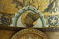 Dettaglio del mosaico vitreo dietro il trono con stele in marmo.jpg