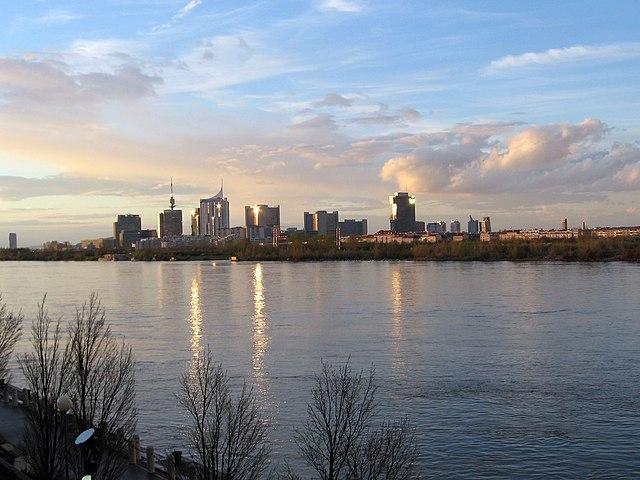 Blick auf Donau und das moderne Wien (Foto: Omnidoom 999, Wikipedia)
