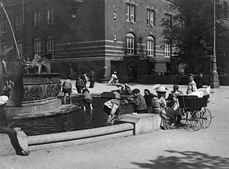 Dragon Fountain, Copenhagen - The low, outer basin which was installed in 1908 as seen in 1912