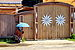 Drewniana architektura i parasolka w Listwiance 01.JPG