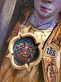 Dronning Dorotheas våben på engels bryst.jpg