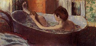 Femme dans son bain s'épongeant la jambe