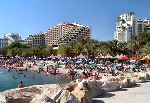 Hotelkomplexe säumen den Küstenstreifen am Roten Meer