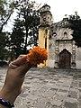 """Flor de cempasúchil e iglesia """"La Conchita"""".jpg"""