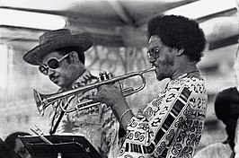 Frank Wess (links) en Jimmy Owens (1977)