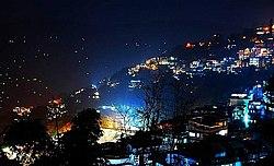 रात को रोशनी से नहाया गंगटोक शहर