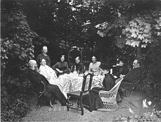 Gartengesellschaft bei Ernst von Wildenbruch um 1901