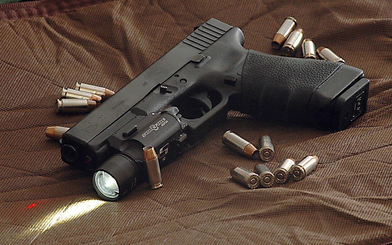 File:Glock 22 surrounded by .40 Hydra-shok bullets.jpg ...
