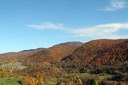 Parto de la vilaĝo de Pangrč Grm en la promontoroj de la Gorjanci Montaro