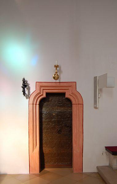 File:Grinzinger Pfarrkirche Türdetail Innen.jpg