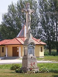 Győrújfalu - feszület a katolikus templom előtt.jpg