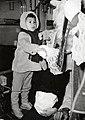 HUA-168229-Afbeelding van een jongetje in de trein bij Sinterklaas.jpg