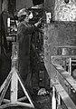 HUA-169947-Afbeelding van een monteur van de hoofdwerkplaats van de N.S. te Tilburg.jpg