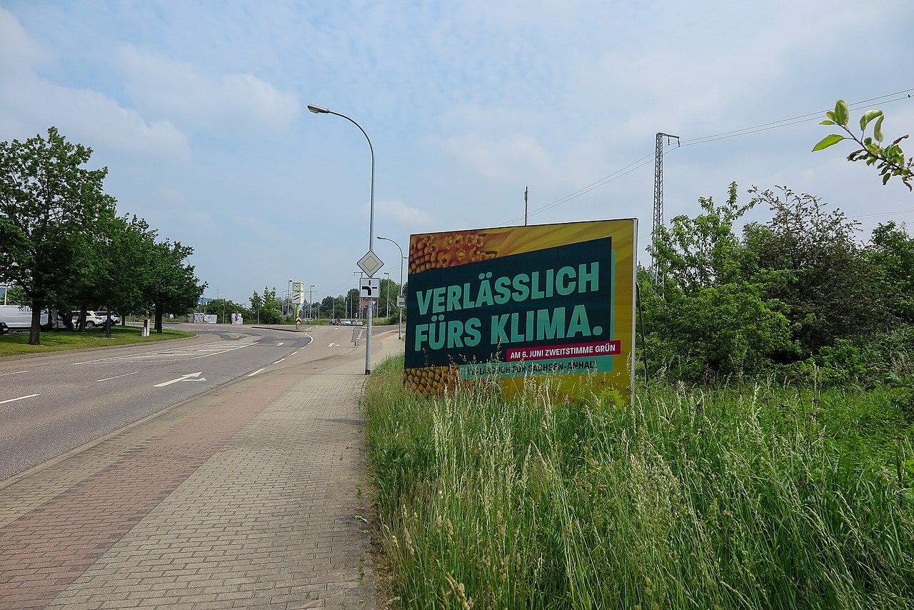 Halle (Saale), Dautzsch, Rosenfelder Straße, Plakataufsteller der Partei Bündnis 90 Die Grünen zur Landtagswahl LSA am 06.06.2021.jpg