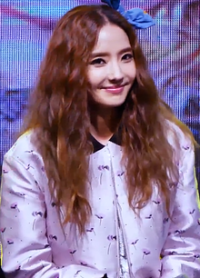 Han Chae-young performing at Konkuk University Festival in May 2017 01.png
