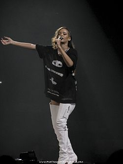 Rihanna durante il suo Diamonds World Tour nel 2013